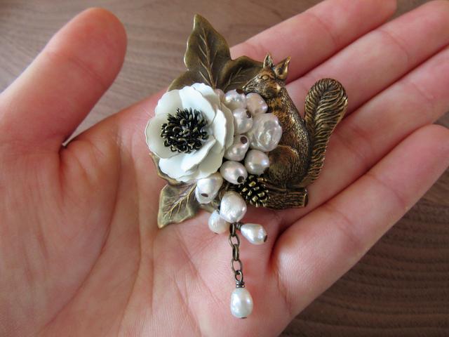 【ぶらん】白花とリスと不揃い淡水パールのブローチ