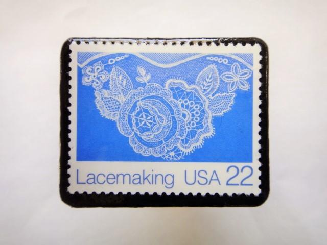 アメリカ レース切手ブローチ619