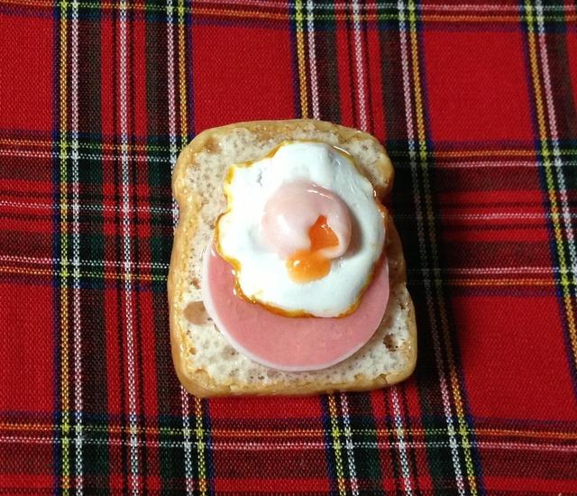 ハムエッグトーストのブローチ