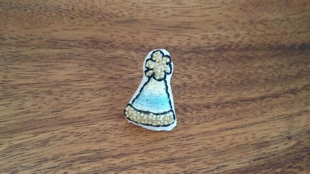 ニット帽の刺繍ブローチ