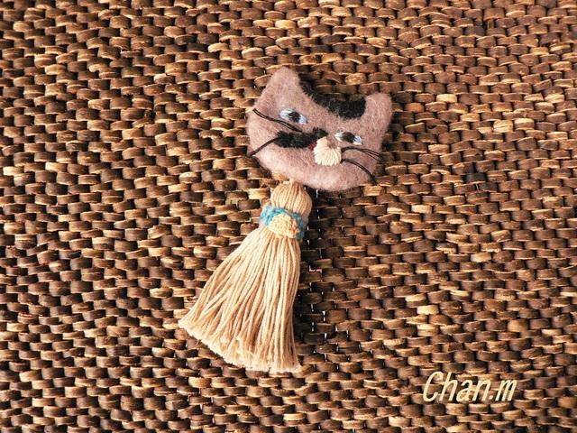 再販★cat brooches〜羊毛&刺繍のネコブローチ フリンジ付き