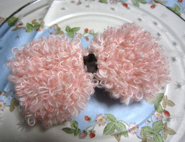 【セール】p06_ふわもこ 大きなピンクリボンのバレッタ★ピンクと白mixiのループ毛糸で編みました♪