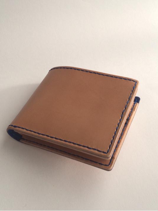 栃木レザーの二つ折り財布  青糸仕様