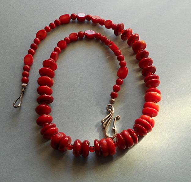 大小取り混ぜの赤サンゴのネックレス ?おしゃれな一品!