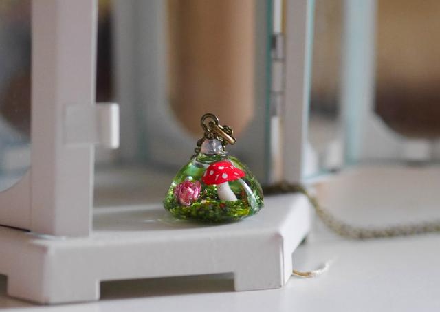 きのこドームのネックレス(ミニ薔薇入り)