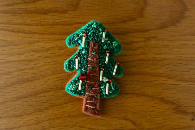 フレンチノット刺繍フェルトのブローチ クリスマスツリー