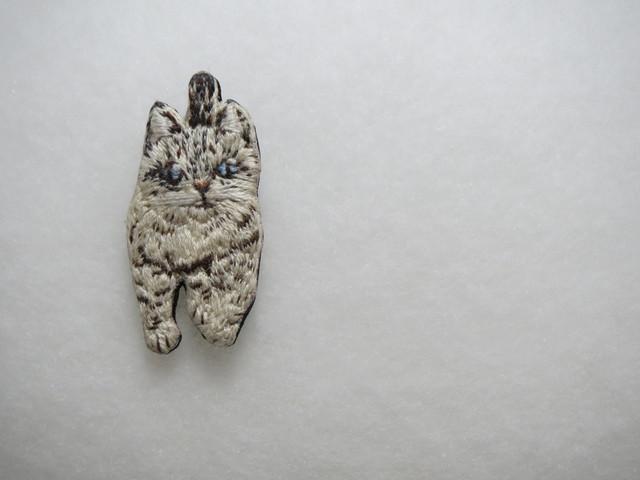 日本猫シリーズ04 キジトラ猫刺繍ブローチ
