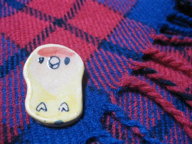 陶器ブローチ:コザクラインコ黄(B1503)