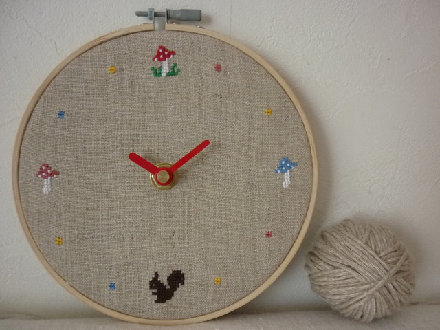 クロスステッチ刺繍時計:きのこ&りす