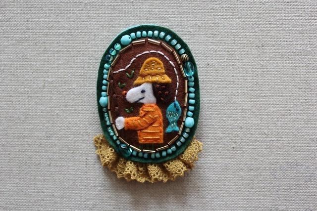 刺繍とフェルトのブローチ FishingDog(わんちゃんの魚釣り)