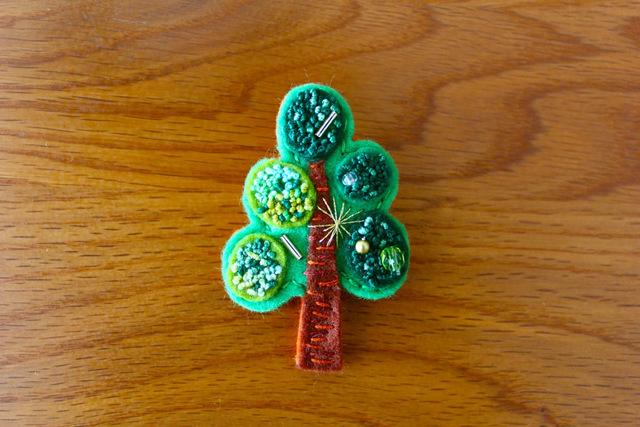 フレンチノット刺繍フェルトブローチ 大木