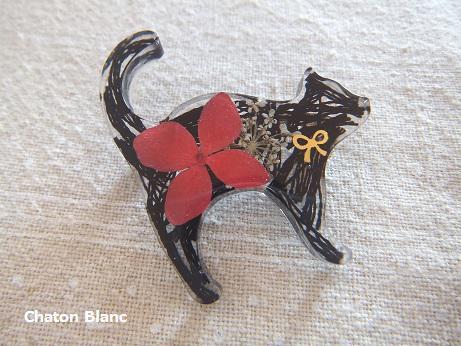 お花入り黒猫ブローチ