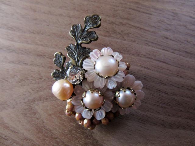 【ぶらん】ピンクシェルと淡水パールの小菊ブローチ