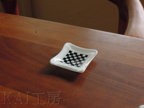 チェッカー柄のガラス小皿