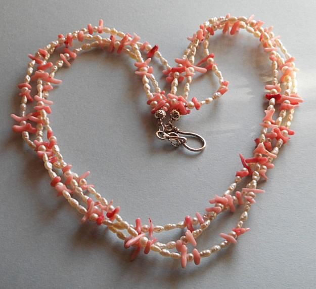 短めの枝サンゴと小粒のバロツクパールの組合せの華やかな3連のネックレス(n-23)