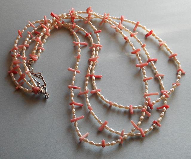 短めの枝サンゴと小粒のバロツクパールの組合せの華やかな3連のネックレス(n-24)