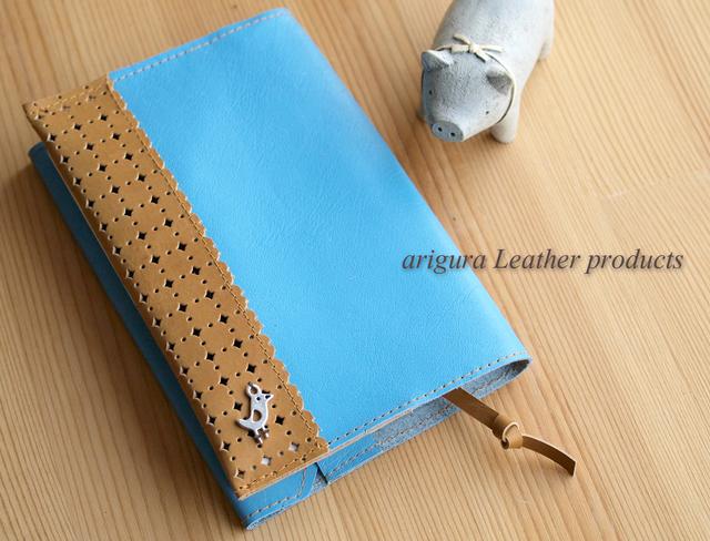 さわやか空色ブルーにレーシーパンチングレザー 革文庫用(A6)ブックカバー