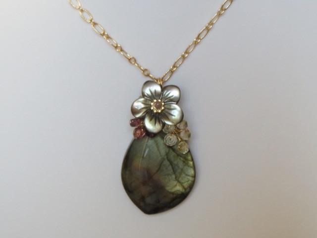 黒蝶貝フラワーとラブラドライトのネックレス