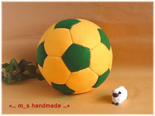 フェルト.サッカーボール.黄×緑.おもちゃ.子供ギフト.出産祝いなど.ハンドメイド