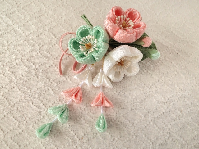 〈つまみ細工〉藤下がり付き梅三輪とベルベットリボンの髪飾り(白とサーモンピンクと白緑)