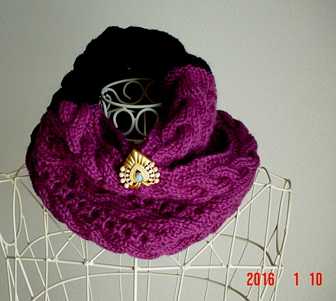 ☆彡ブローチピン付き黒&濃赤紫のバイカラーのアラン模様の模様のCowl Neck Warmer