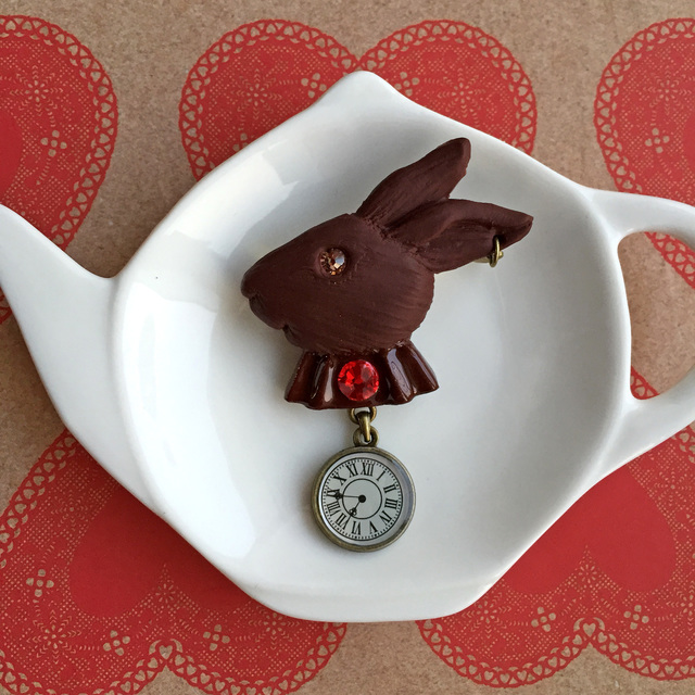 ウサギとトケイ のチョコブローチ●赤