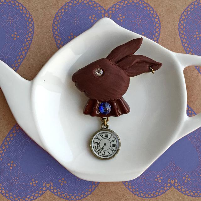ウサギとトケイ のチョコブローチ○青