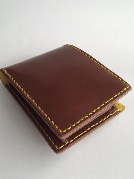 茶革の二つ折り財布 黄糸仕様