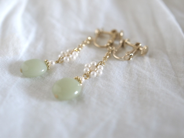真っ白なお花と淡い緑のイヤリング