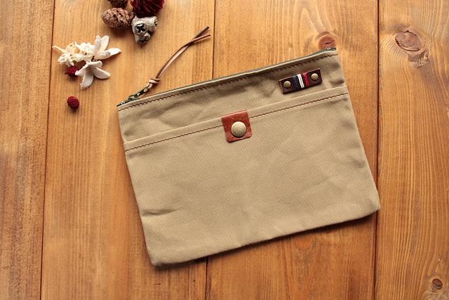 *H591 パラフィン帆布の前ポケット付きポーチ Mサイズ -サンド-