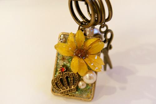 黄色の花のキーチェーン