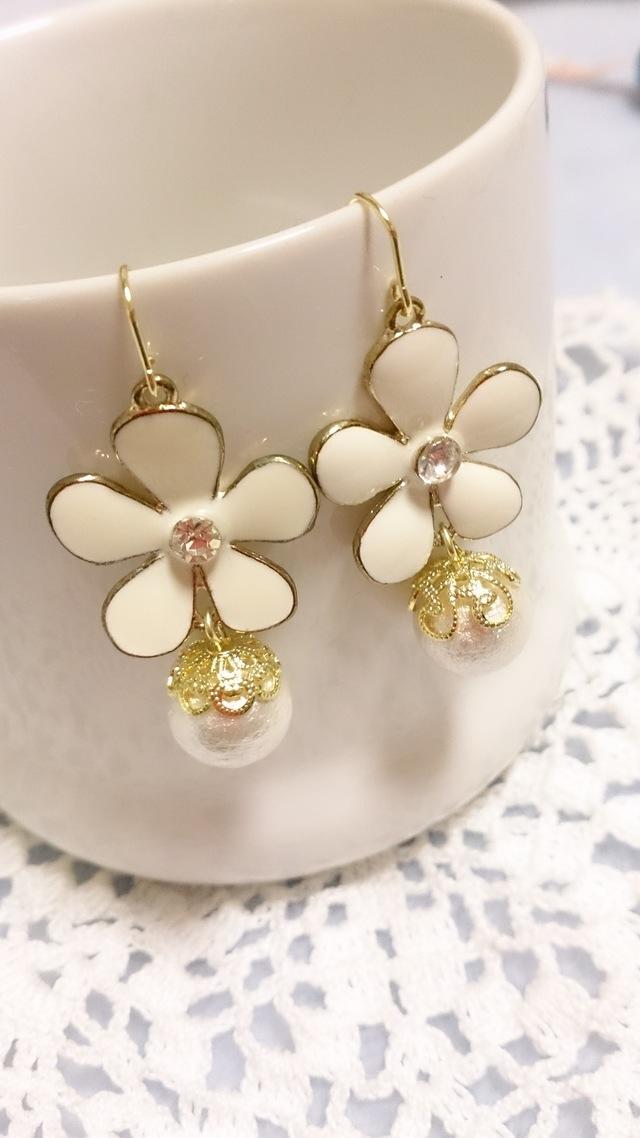 白色お花モチーフとコットンパールのピアス
