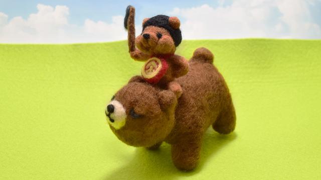 親クマにまたがりお散歩するつぶらな瞳のクマ太郎