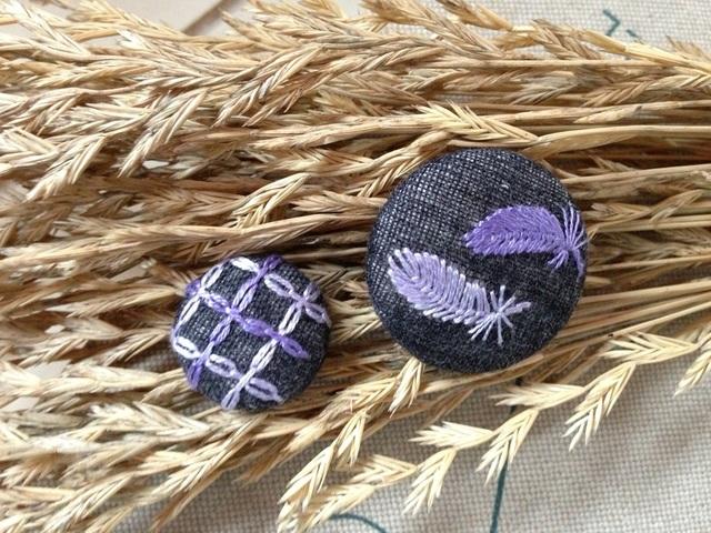 羽の刺繍 くるみボタン パープル