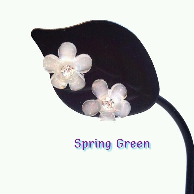 小さな花ボタンのチタンピアス*ホワイト