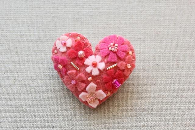ピンクのハート フェルトブローチ
