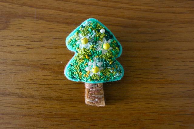 フレンチノット刺繍 フェルトブローチ ジャスミンの木
