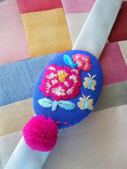青い刺繍ブレスレット