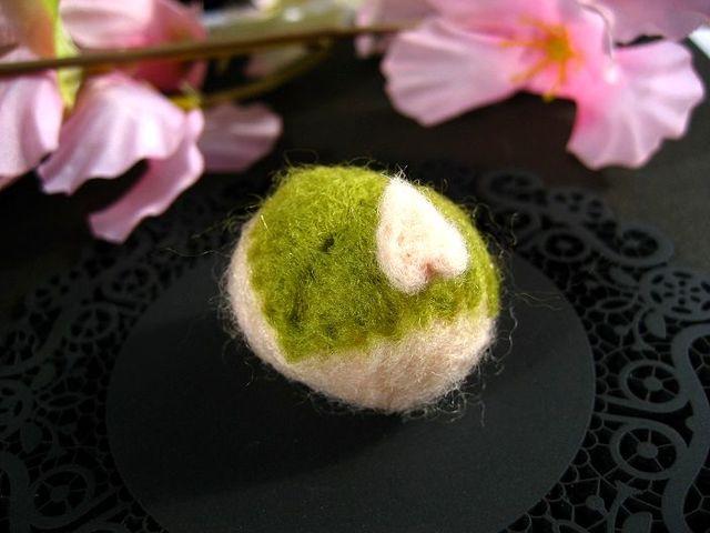 ふんわり桜餅の羊毛ブローチ_461