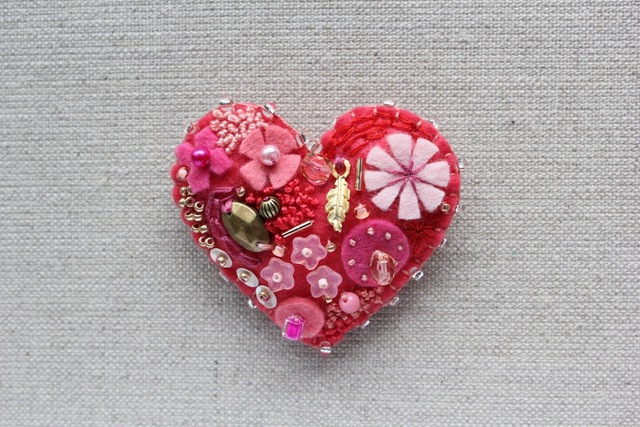 Be My バレンタイン!ピンクのハート フェルトブローチ