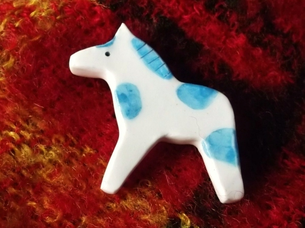 陶ブローチ-水色の仔馬