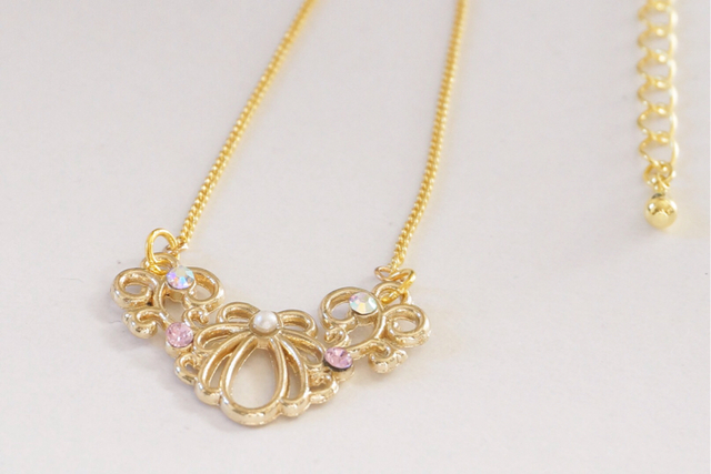 Shell motif necklace
