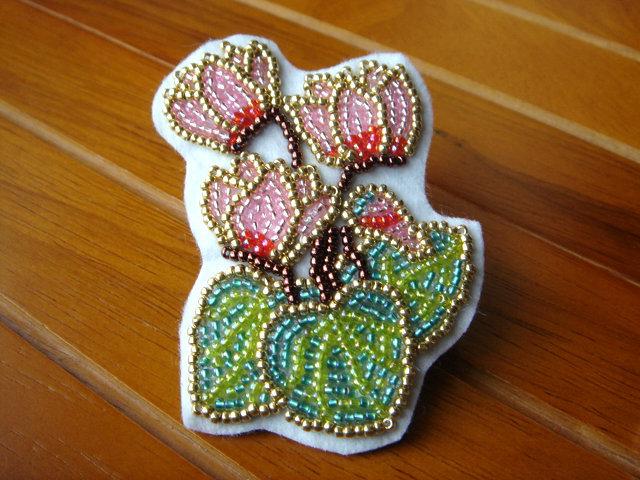 ビーズ刺繍のシクラメンブローチ