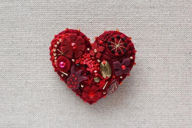 Be My バレンタイン!深紅のハート フェルトブローチ