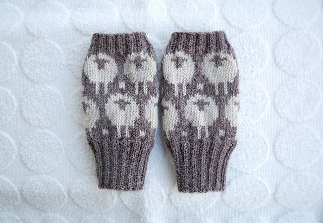 手編みの指なしミトン【ひつじ】 濃グレー×薄グレー