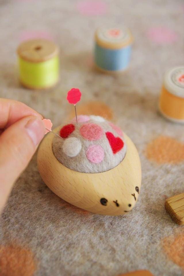 羊毛ピンクッション【針山】 はりねずみ ふわふわ水玉 赤・ピンク・白 【ハート】