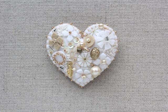 《ご予約品》Whiteバレンタイン!白いハート フェルトブローチ
