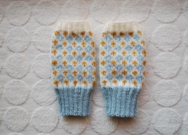 【ななさまリクエスト品】手編みの指なしミトン ダイヤ&クロス 水色×山吹