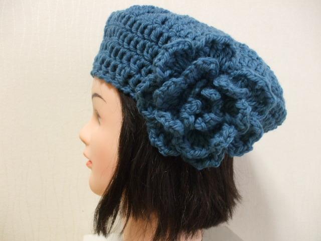 お花モチーフ付きニットベレー帽 成人女性用 鮮やかなブルー