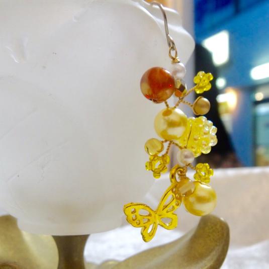 舞い踊る蝶のチタンポストピアス 菜の花(片耳用・イヤリングに変更可)p-6